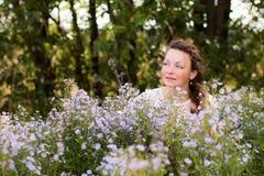 Ragazza e fiori piacevoli Fotografia Stock