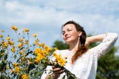 Ragazza e fiori piacevoli Immagini Stock