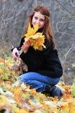 Ragazza e foglie di acero Fotografia Stock