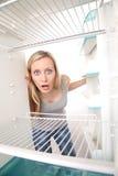 Ragazza e frigorifero vuoto Fotografie Stock Libere da Diritti