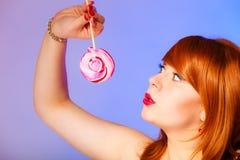 Ragazza e lecca-lecca dolce Fotografia Stock
