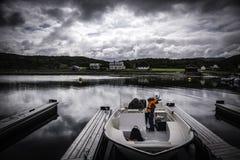 Ragazza e nonno che preparano andare pescare Fotografia Stock Libera da Diritti