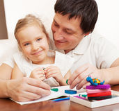 Ragazza e papà modellati dai giocattoli dell'argilla Immagine Stock Libera da Diritti