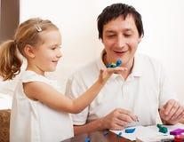 Ragazza e papà modellati dai giocattoli dell'argilla Fotografie Stock Libere da Diritti