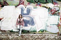Ragazza e parete dei graffiti immagine stock