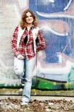 Ragazza e parete dei graffiti fotografia stock libera da diritti