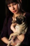 Ragazza e pug Fotografie Stock Libere da Diritti