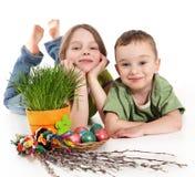 Ragazza e ragazzo con la decorazione di Pasqua Fotografie Stock