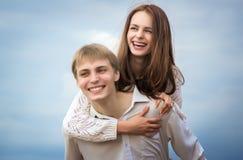 Ragazza e ragazzo dolci insieme sulla spiaggia Fotografia Stock Libera da Diritti