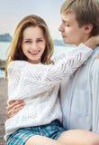 Ragazza e ragazzo dolci insieme sulla spiaggia Immagini Stock