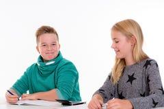 Ragazza e ragazzo insieme nell'aula Fotografia Stock