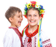 Ragazza e ragazzo nel costume ucraino nazionale Fotografie Stock Libere da Diritti
