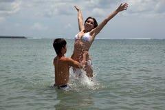 Ragazza e ragazzo nell'oceano Fotografie Stock Libere da Diritti