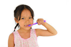 Ragazza e spazzolino da denti asiatici svegli Immagini Stock Libere da Diritti