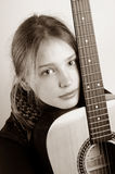 Ragazza e sua chitarra Fotografie Stock Libere da Diritti