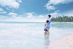 Ragazza e sua madre che stanno alla riva Fotografie Stock