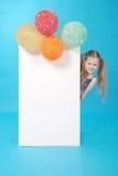 Ragazza e tabellone per le affissioni bianco Fotografia Stock Libera da Diritti