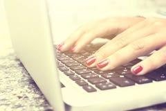 Ragazza e tastiera di battitura a macchina del computer portatile Immagini Stock Libere da Diritti
