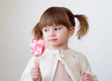 Ragazza e un lollipop Fotografie Stock Libere da Diritti