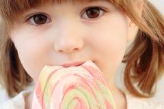 Ragazza e un lollipop Immagine Stock