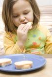 Ragazza e un panino Fotografia Stock Libera da Diritti