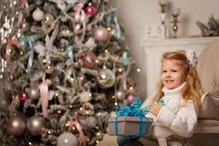 Ragazza e un regalo di Natale Immagine Stock