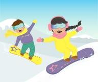 Ragazza e uno snowboard del ragazzo nelle montagne Immagine Stock