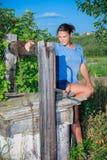 Ragazza e vecchia fontana Fotografia Stock Libera da Diritti