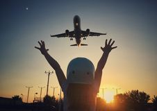 Ragazza ed aereo fotografia stock libera da diritti