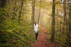 Ragazza ed autunno Fotografia Stock Libera da Diritti