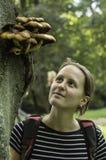 Ragazza ed i funghi Fotografie Stock