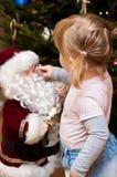 Ragazza ed il Babbo Natale Fotografia Stock Libera da Diritti