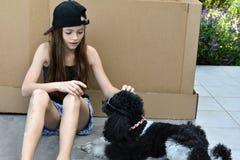 Ragazza ed il suo cane fotografie stock