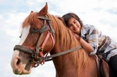 Ragazza ed il suo cavallo bello Fotografia Stock