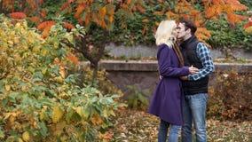 Ragazza ed uomo o amanti sull'abbraccio della data fotografia stock