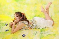 Ragazza ed uova di Pasqua fotografie stock libere da diritti