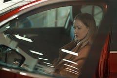 Ragazza elegante in automobile Fotografie Stock Libere da Diritti