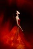 Ragazza elegante in vestito rosso d'ondeggiamento Immagine Stock