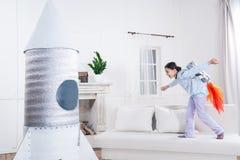 Ragazza emozionante che gioca cosmonauta in pigiama Immagine Stock Libera da Diritti