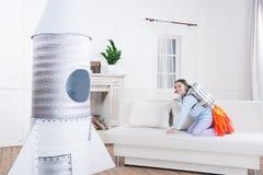 Ragazza emozionante che gioca cosmonauta in pigiama Fotografie Stock