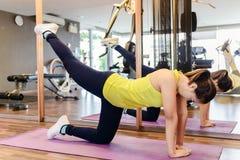 Ragazza esile dell'atleta della giovane donna di forma fisica che fa esercizio della plancia con Fotografia Stock