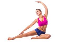 Ragazza esile dell'atleta della giovane donna di forma fisica che fa esercizio della plancia con le gambe Immagine Stock Libera da Diritti