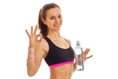 Ragazza esile di sport in uniforme con la bottiglia di sorridere dell'acqua Immagini Stock