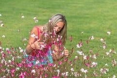 Ragazza esile riccia sorridente dei capelli biondi dei giovani attraenti la bella adatta il ritratto in maglietta rosa che posa d Fotografie Stock Libere da Diritti