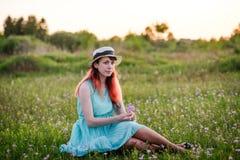 Ragazza, estate, il concetto di stile di vita-giovane ragazza nel campo w Fotografia Stock Libera da Diritti