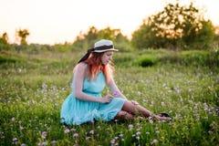 Ragazza, estate, il concetto di stile di vita-giovane ragazza nel campo w Immagine Stock