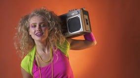 ragazza facile 80s che balla con il boombox sulla sua spalla archivi video