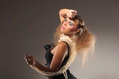 Ragazza Fair-haired nei branelli neri della perla e del vestito Immagine Stock