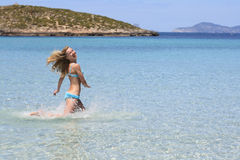 Ragazza felice in acqua di mare corrente del bikini Immagine Stock Libera da Diritti