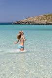 Ragazza felice in acqua di mare corrente del bikini Fotografie Stock Libere da Diritti